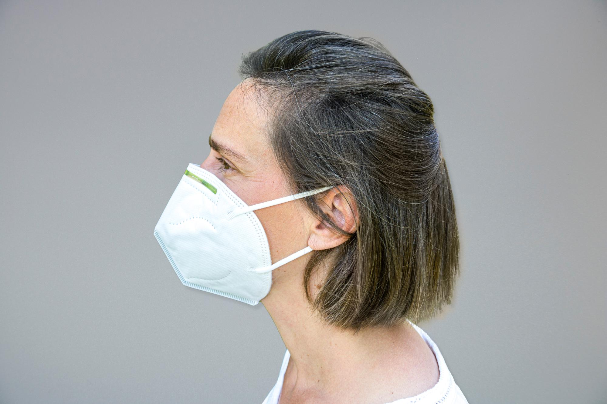 Atemschutzmaske FFP2 an Person
