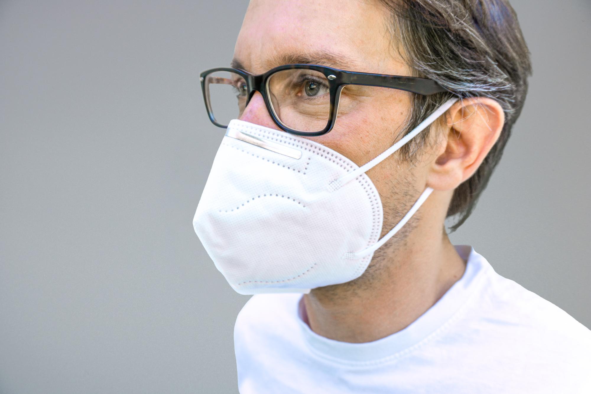 Maske ffp2 liegt gut im Gesicht an